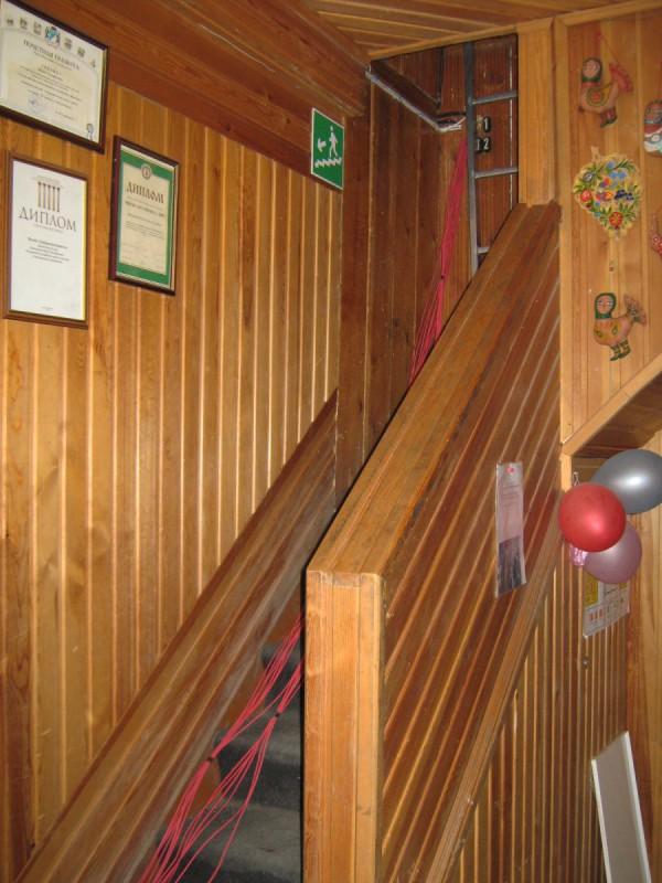 Лестница на второй этаж в Сибирском доме сказок © Алёна Груя