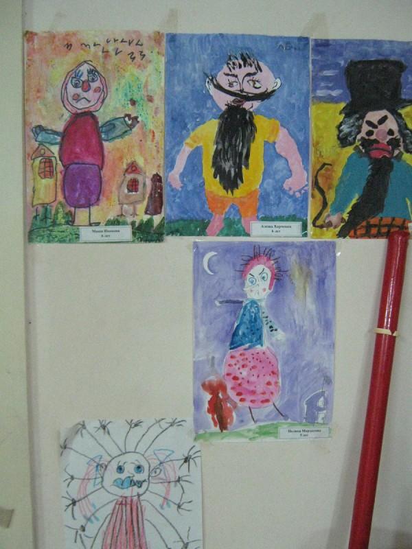 Детские рисунки на стене Комнаты страха © Алёна Груя