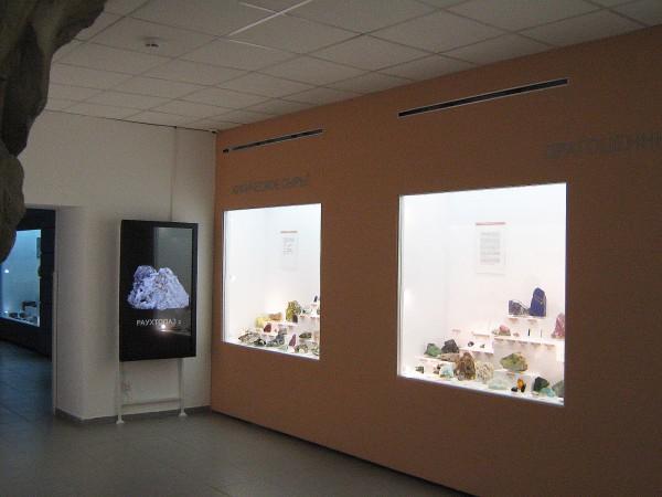 Помещение музея, где выставлены камни и породы © Алёна Груя