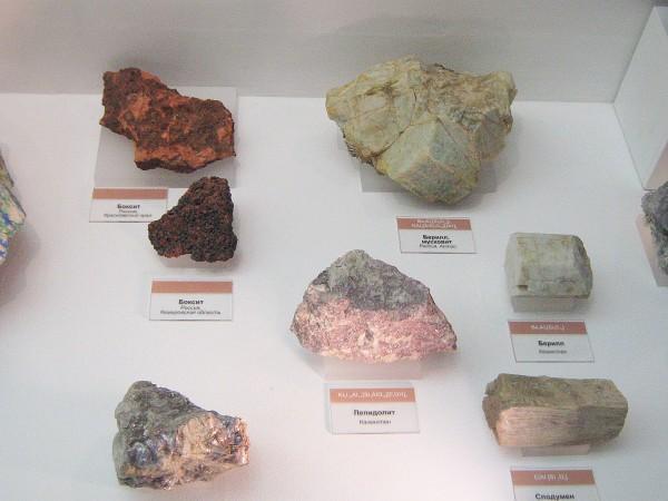 Металлические руды – экспонаты геологической выставки © Алёна Груя
