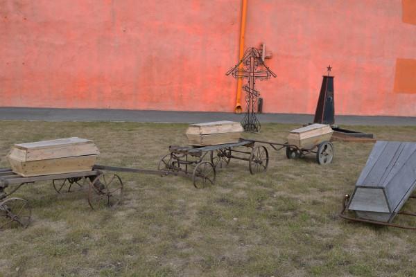 Гробы возле здания музея © Алёна Груя