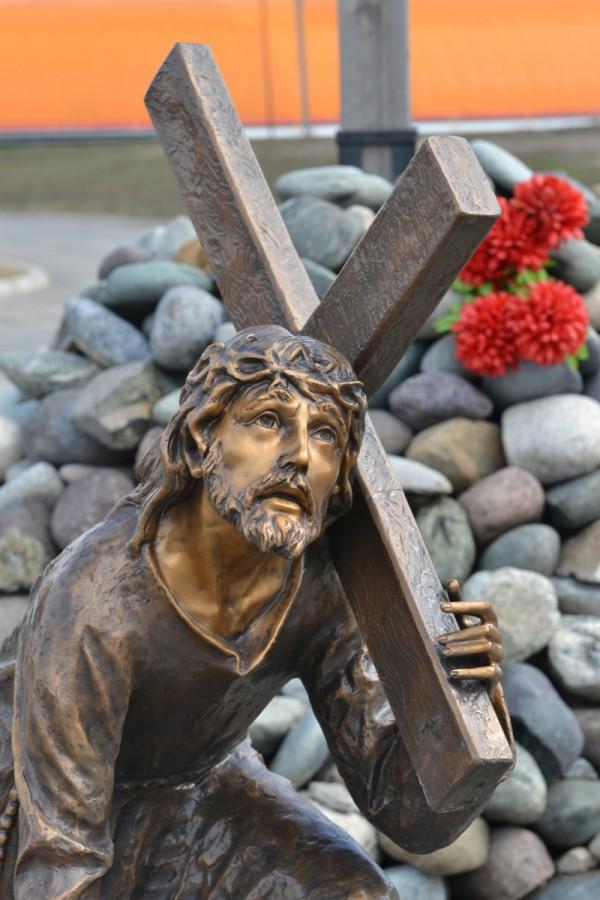 Скульптура возле Музея мировой погребальной культуры © Алёна Груя