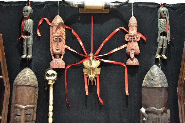 Африканские идолы и маски в экспозиции Музея смерти © Алёна Груя