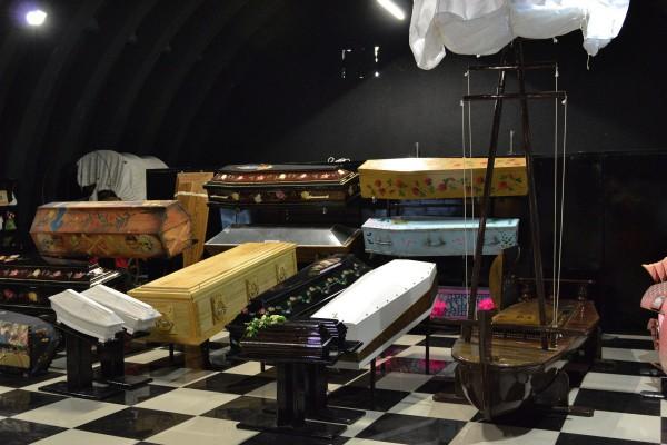Коллекция гробов в Музее смерти © Алёна Груя