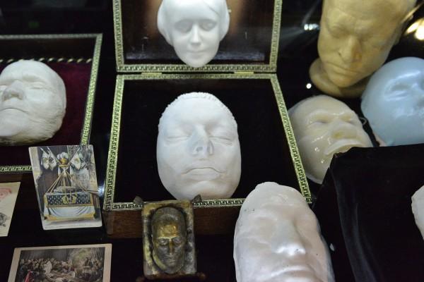 Посмертные маски в Музее мировой погребальной культуры © Алёна Груя