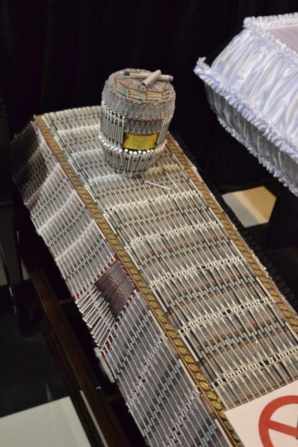 Гроб, оформленный шприцами, в музее © Алёна Груя