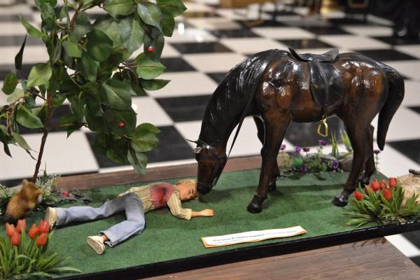 Миниатюра – лошадь, стоящая над телом хозяина © Алёна Груя