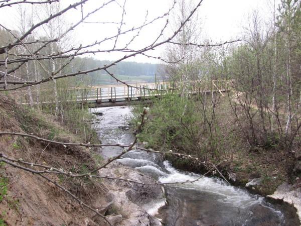 По этому мостику стоит перейти, чтобы спуститься к водопаду. © Юлия Полякова